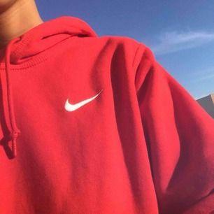 En röd Nike tröja använd 7 gånger  (lånad bild)