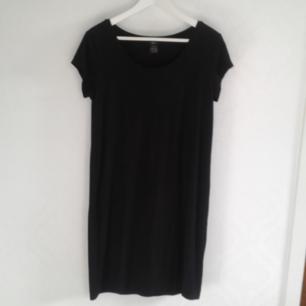 Trikåklänning från Ellos, använd enstaka gånger. Supermjuk och skön basicklänning. Säljes i nyskick.  Pris 40kr, kan skickas om köparen står för frakt. Betalas med swish.