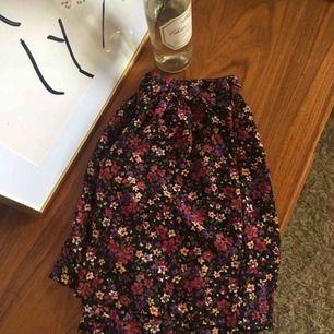 Flowy shorts som blir som en kjol på!🌸🌸 Älskade men behöver ny ägare! Sitter perfekt i midjan och över rumpan!✨✨🌻 Möts upp i Uppsala + fraktar✨