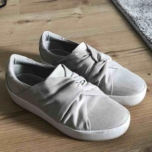Jätte fina mocka skor som är använda endast en gång!!! Super fint skick :) nypris 499