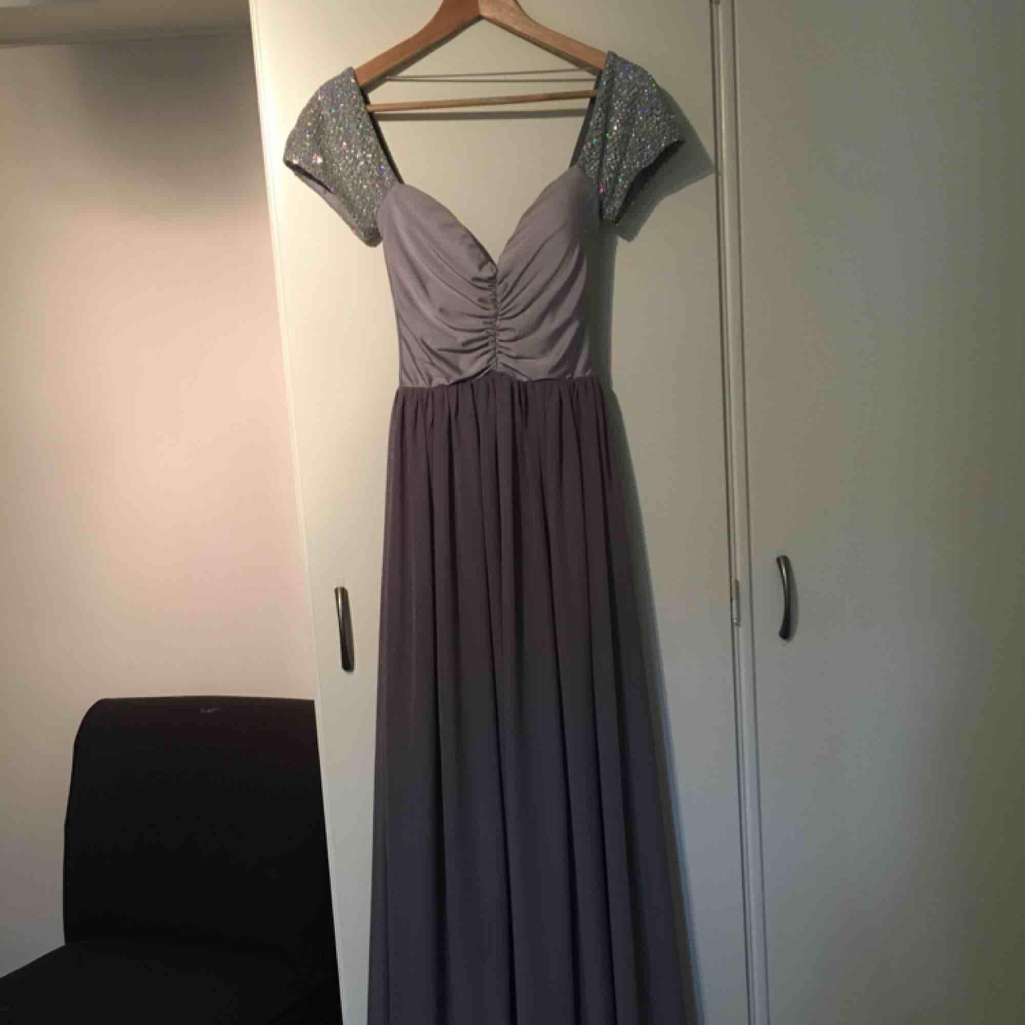 32585d7bd317 Balklänning använd vid ett tillfälle. Köpt på Nelly sommaren 2016, hängt i  garderoben sedan ...