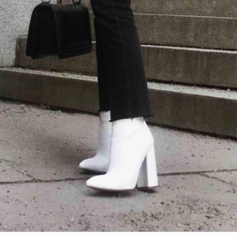 Säljer skorna på bilden från Boohoo i st 36! ⛔️fraktar ej och svarar inte på frågor om frakt ⛔️. Skor.