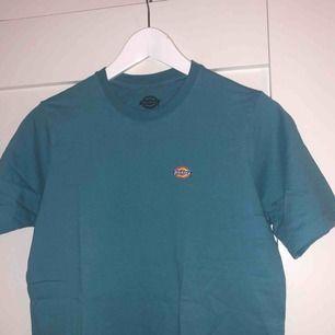 Skön o snygg t-shirt från Dickies. Säljer då jag bara inte använt den, alltså är den i nytt skick o endast testad.