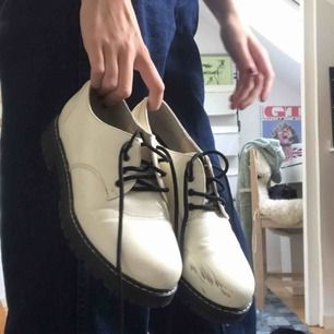 Vita 50tals skor köpta på din sko. Lite repiga varav det billiga priset!🌺