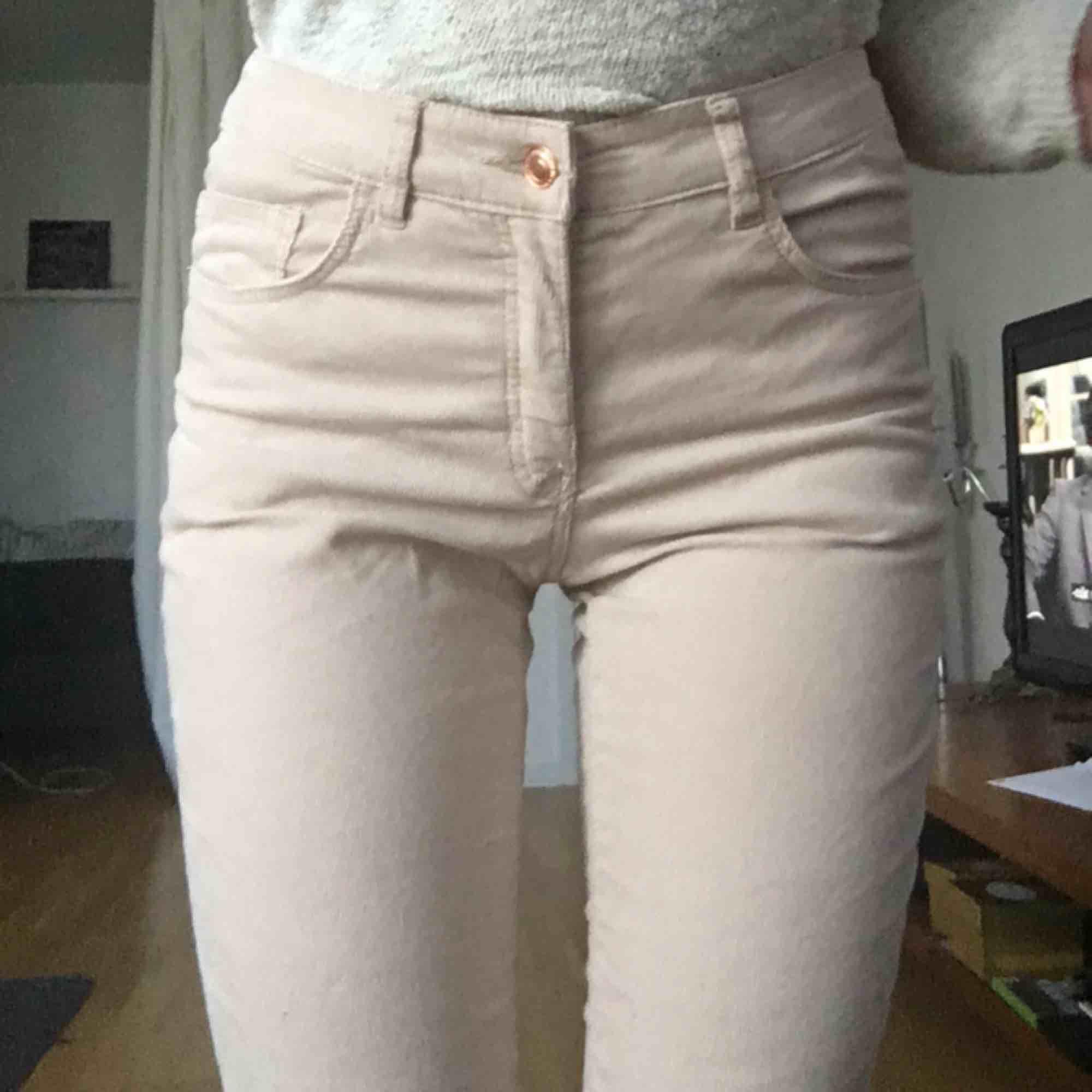 Byxor i Manchestertyg med dragkedja vid anklarna.  De passar inte min kroppstyp därför säljer jag dem vidare. Färgen är en mycket ljus beige :)   . Jeans & Byxor.