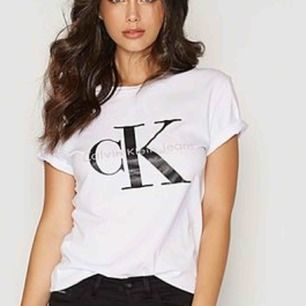 Calvin Klein T-shirt knappt använd.  Inga fläckar.  Kan fraktas!✈️ 32kr