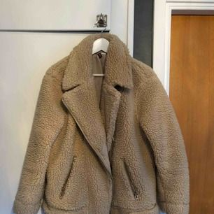 Beige lurvig jacka från H&M. Använd ett fåtal ggr. Möts upp i Sthlm eller skickar mot fraktkostnad.