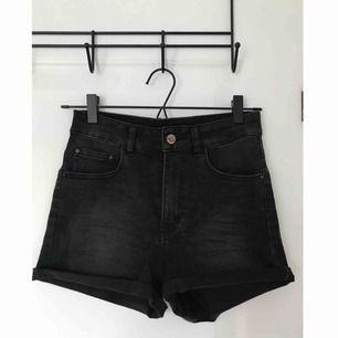 Svarta shorts med hög midja från Never Denim.