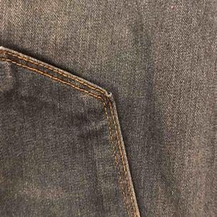 Fashionnova Classic high waisted jeans-medium blue original pris 330kr. Storlek 2XL typ 46 EUR. Har bara använt de en gång.