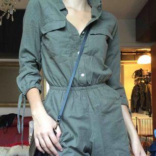 Grön militär-ish färgad jumpsuit från hm i nyskick! Supersnygg men kommer tyvärr inte till användning. Passar XS och S skulle jag säga! ✨