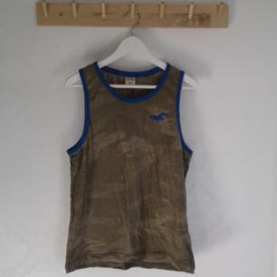 Hollister linne som använts 1-2 gånger.  Så är i riktigt bra skick! Pris 30kr, kan skickas om köparen står för frakt. Betalas med swish🎉