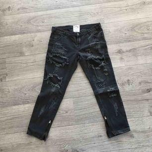 Svarta slitna jeans från One Teaspoon. Storlek 28.  Trashed Free birds.