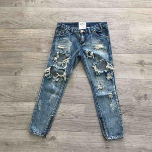Slitna jeans från One Teaspoon. Storlek 27. Trashed Free birds