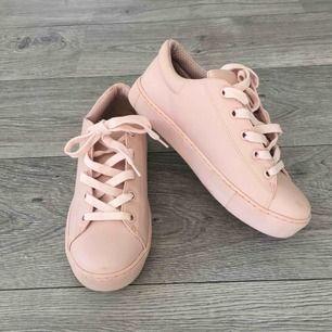 Babyrosa skor från MONKI. Storlek 38 Aldrig använda men stått framme i butiken så dom har blivit provade.