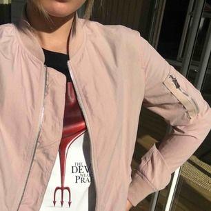 Gammelrosa/ljusrosa jacka från zara i tunt material! Färgen syns bäst på bild 1&3. Säljer pga använder ej.