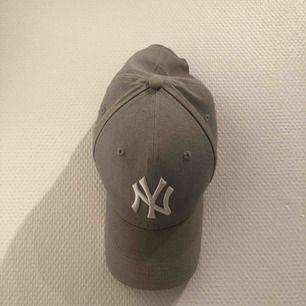 NY keps i grå, i fint skick! Frågor? Ställ dom😍
