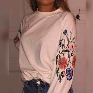 Gräddvit tröja med broderade blommor på ärmarna från märket moves. Hyfsat tjockt material. Frakt tillkommer och betalning sker via swish! (Mer info om frakt finns i beskrivningen)