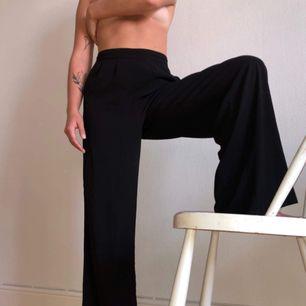 """Svarta """"loose-fit"""" byxor passar både till vardags och festligare sammanhang."""