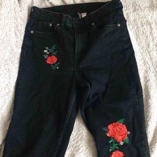 Svarta jeans med broderidetaljer, knappt använda