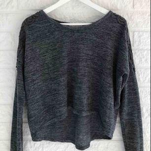 ABERCROMBIE & FITCH tunt stickad tröja Storlek S men passar även bra som XS. Långa ärmar och croppad i fram. Broderade detaljer på axlarna.  Frakt tillkommer
