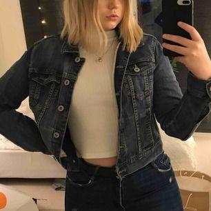 Jättefin jeansjacka från Lindex. Använd ett fåtal gånger. Sitter as snyggt som over size också på mig som är strl 38/36. Skicka meddelande vid frågor och mer bilder. Frakt: 50kr💗