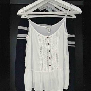 Suuuuuperfint vitt linne från Forever21! Storlek M på lappen men passar definitivt S och xs också. Reglerbara axelband, inga fläckar eller sådant. Mycket fint skick, använt max 2-3 gånger. 30kr + 18kr frakt 🌸