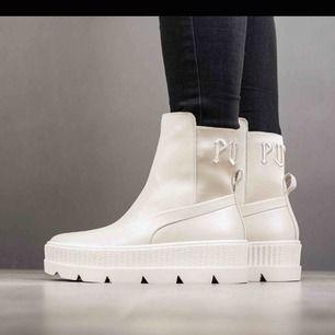 Helt ny köpta i färgen Vanilla Ice, rätt små i storleken säljer därför!  Autentiska Puma Fenty Chelsea Sneaker boot by Rihanna! Mycket svåra att få tag i💕 Skickar såklart fler bilder vid intresse, köpare står för potentiell frakt.