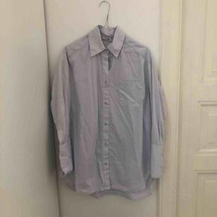 Ljusblå oversize skjorta från weekday. I fint skick, bara använd fåtal gånger! Kan mötas i Stockholm eller skickas mot fraktkostnad.
