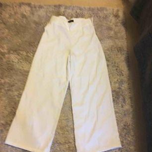 Fina vita byxor oanvända  frakt tillkommer