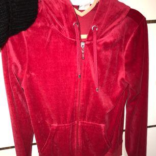 Röd tröja från Cubus i storlek XS.
