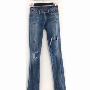 Superfina jeans från märket Goldsign! Pris kan diskuteras. Använts ett fåtal gånger. De är i storlek W24 och passar ungefär som st 34 från gina/hm/zara. De sitter jättesnyggt, men är lite långa på mig som är 165 cm. Nypris: 1995kr