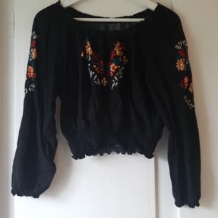 Off-shoulder tröja från h&m, även ribbning vid midjan. Säljer för att jag har för mycket i garderoben ⭐
