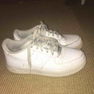 Nike airforce  Snygga vita skor, lite slitna i hälen därav priset Nypris: 1000kr
