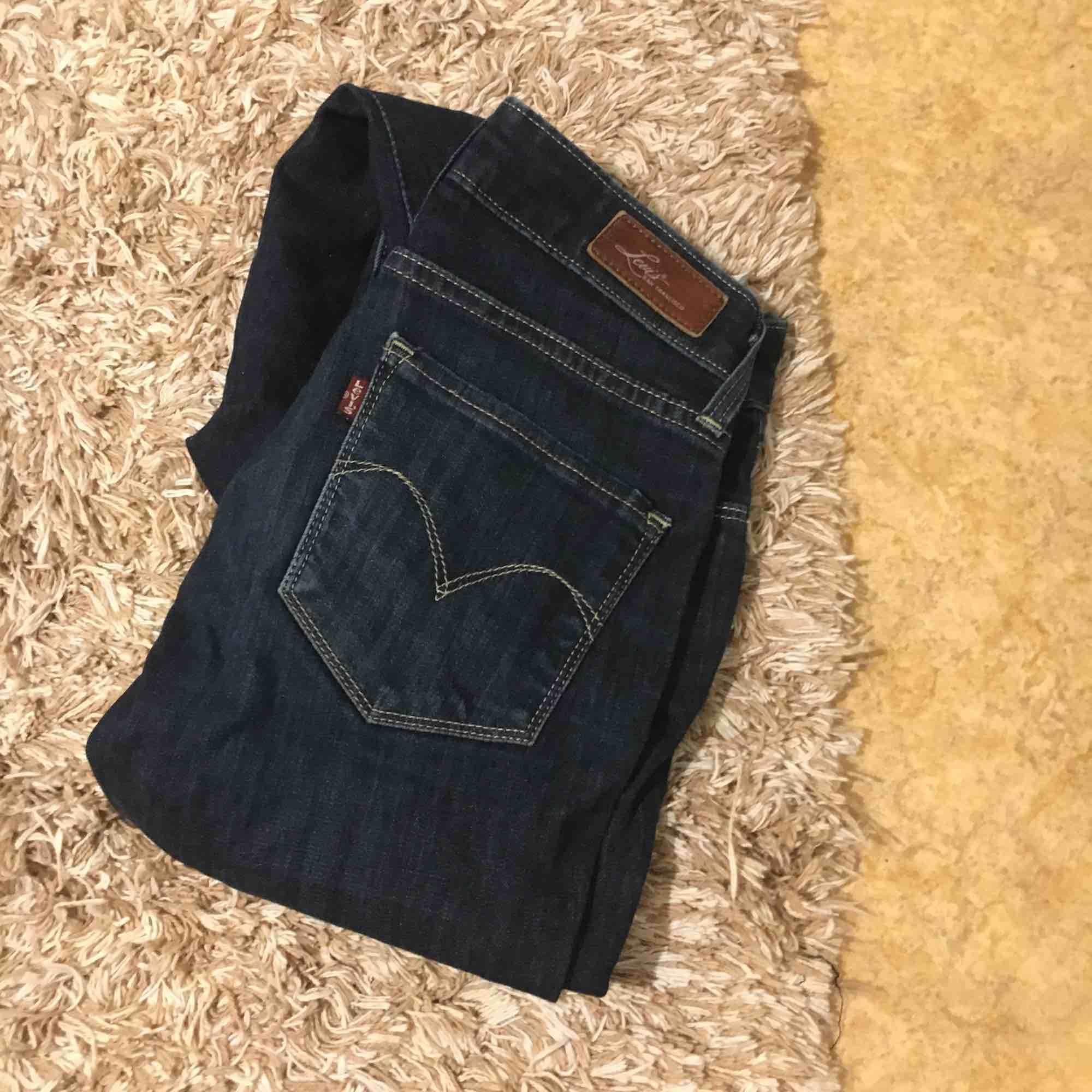 Levis jeans, nypris 500kr, säljs för dom inte kommer till andvändning. Pris kan diskuteras. Jeans & Byxor.
