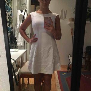 Säljer min studentklänning, alltså använd en gång:p den är inte strykt men ni fattar grejen. Har en underkjol och själva kjolen är klockad. Sitter så himla snyggt och är bekväm. Knäpps med en dragkedja på ryggen.