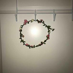 Fin flowercrown från Dan and Phil merchandise. Använd 1 gång, fint skick. Kan böjas och justeras som man vill.  MÖTS BARA I STOCKHOLM