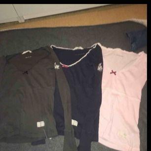 3 stycken odd molly tröjor rosa,marinblå,grå Alla är i storlek: 0 (vilket motsvarar Xs passar S också) Nypris:695kr Nuvarandepris: 100kr/st