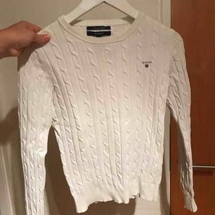 Kabelstickad vit tröja från gant, använd flitigt men fortfarande i väldigt gott skick! Ord. Pris 1199kr