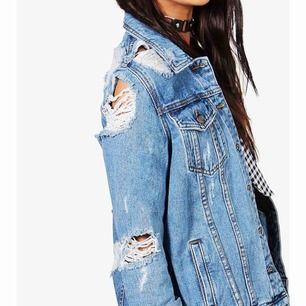 jeansjacka som är lite längre i längden!  Blå färg men slitningar! Skit snygg och fräsch!  Fraktar även
