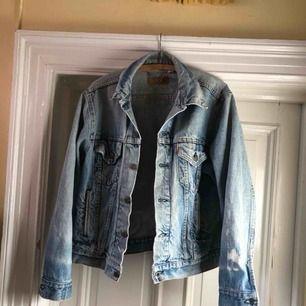 Snyggt sliten vintage Levis jeansjacka. Hål i nacken. Blekt fläck på arm. 90-tal. Mycket snyggare IRL 🔥🔥🔥
