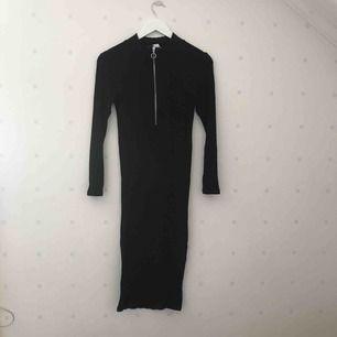 Ribbad långklänning i svart. Superskön men aldrig använd. Frakt tillkommer