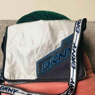se till att synas i höst med denna supercoola messenger väskan med reflexband! 🔦🔦🔦 oäkta dkny of course.