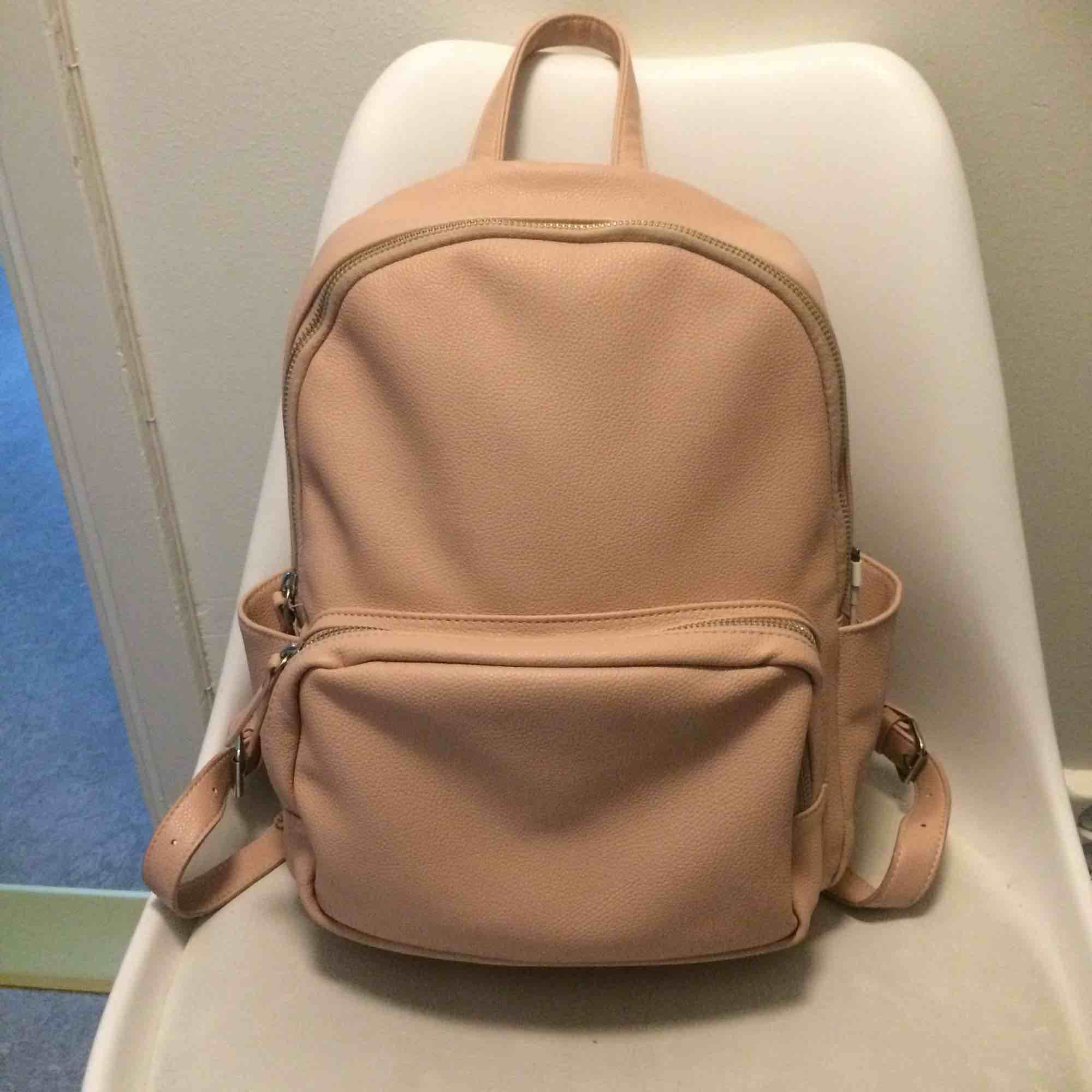 Dusty pink ryggsäck i fint skick! Passa som datorväska oxå!. Accessoarer.