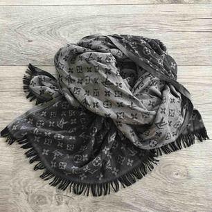 Halsduk / sjal i svart/grått, kopia på Louis Vuitton.  Frakt ingår i priset.
