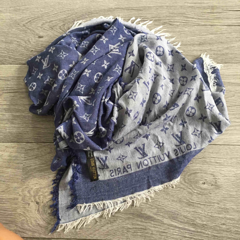 Halsduk   sjal kopia på Louis Vuitton. Blå. Frakt ingår i priset.  Accessoarer 657332e1e8ec5