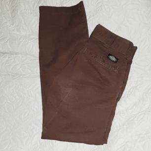 Bruna jättefina dickies industrial pants, kommer inte till användning då de tyvärr är för små för mig :(