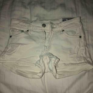 Vita jeans shorts från Crocker, stretch material och lågmidjade.