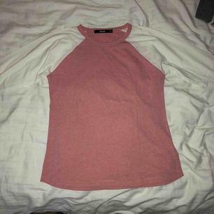 Rosa tröja med vita ärmar från Bikbok, använda fåtal gånger. (Kunden betalar frakten)