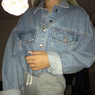 Super snygg cropped jeans jacka från topshop💘 strl M men passar en XS-M💗 knappt använd!! Skriv för fler bilder!💗