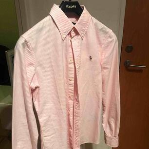 Vit och rosa randig skjorta från Ralph lauren som jag säljer eftersom den inte kommer till användning, använd ca 2-3 ggr så den är som nyskick!